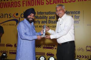 Picture of Mr. Niranjan Khatri receiving the Award on behalf of ITC Welcom Group at the hands of Sh. Aravinder Singh Lovely, Minister for Urban Development, Govt. of Delhi